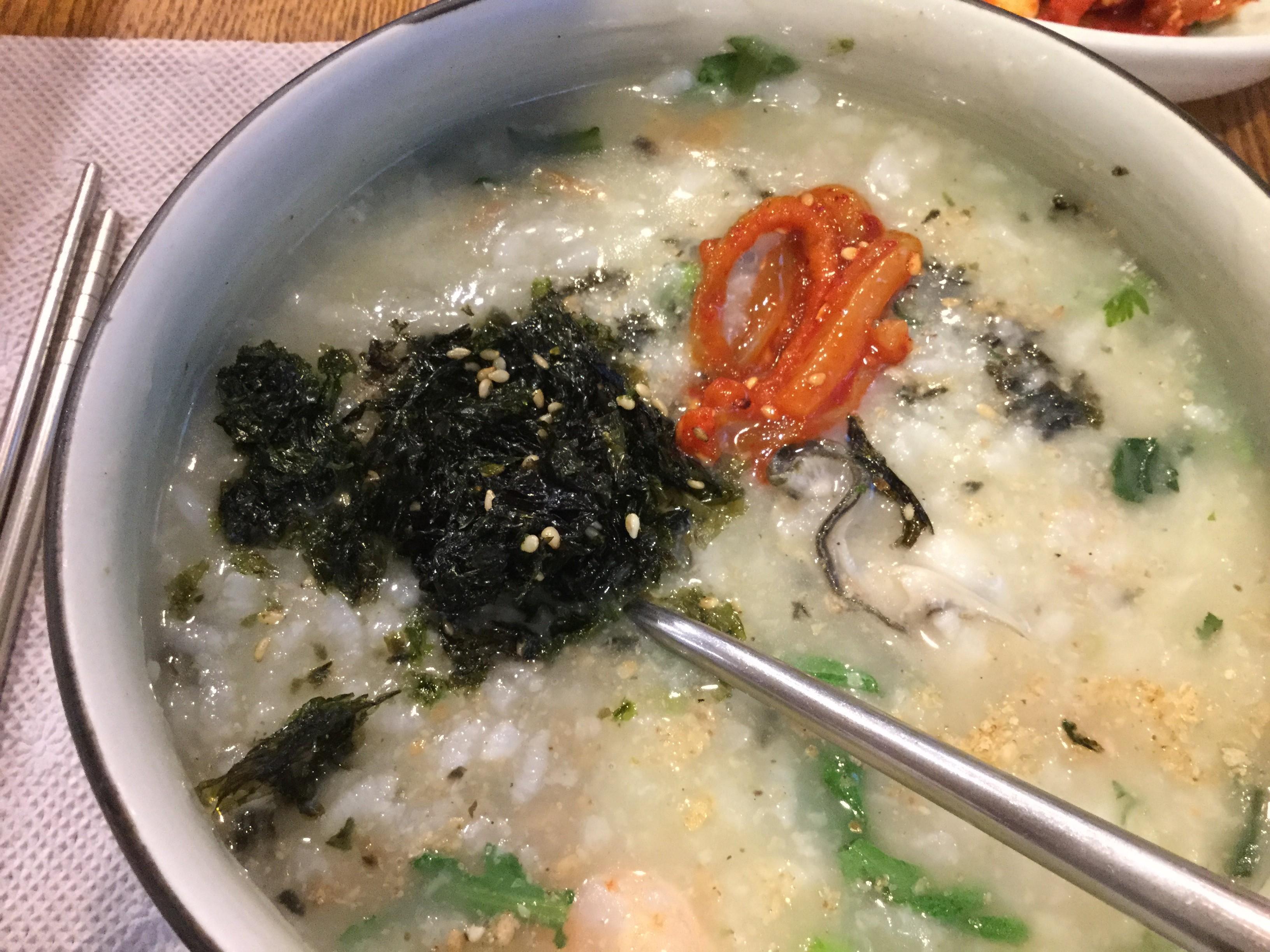 【明洞栄養粥】の海鮮粥には海老や牡蠣がいっぱい
