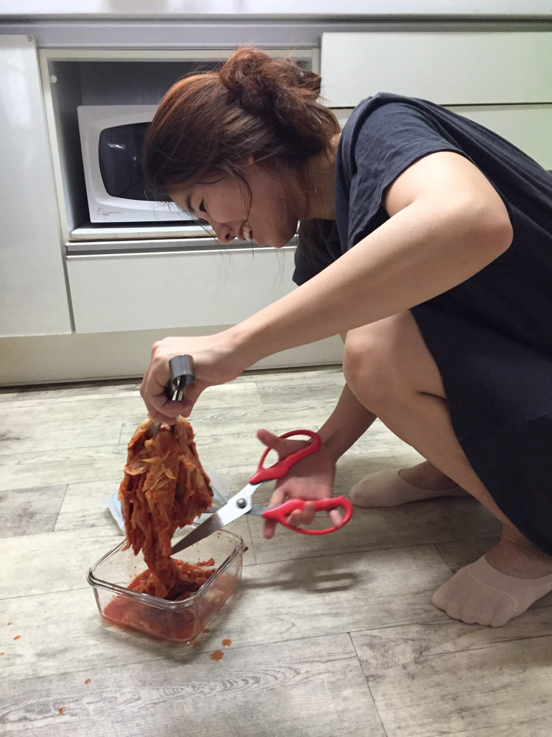 韓国人は床でキムチを切る?