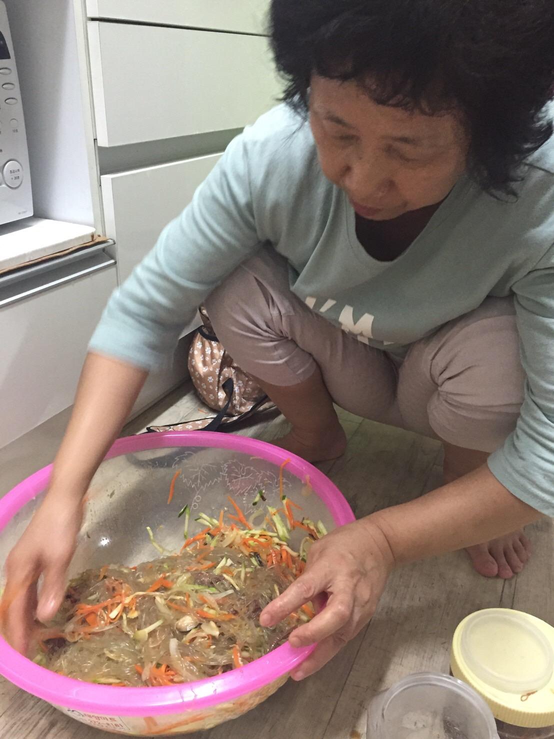 韓国人 チャプチェも床で作るのね?